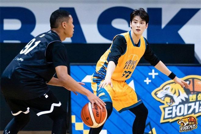 Ngây ngất visual điểm 10 của Cha Eun Woo khi chơi bóng rổ: Nam thần thanh xuân là đây, ảnh thường mà như poster phim - Ảnh 12.