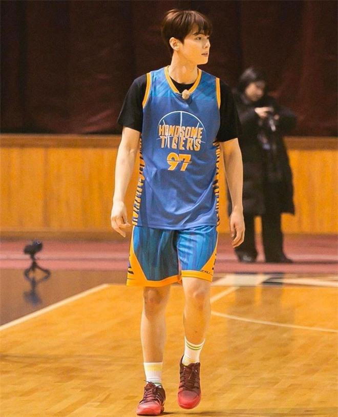 Ngây ngất visual điểm 10 của Cha Eun Woo khi chơi bóng rổ: Nam thần thanh xuân là đây, ảnh thường mà như poster phim - Ảnh 10.