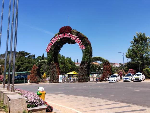 Đã không còn cảnh hàng dài xe khách xếp hàng đợi khách vào thăm quan trước cổng vườn hoa.