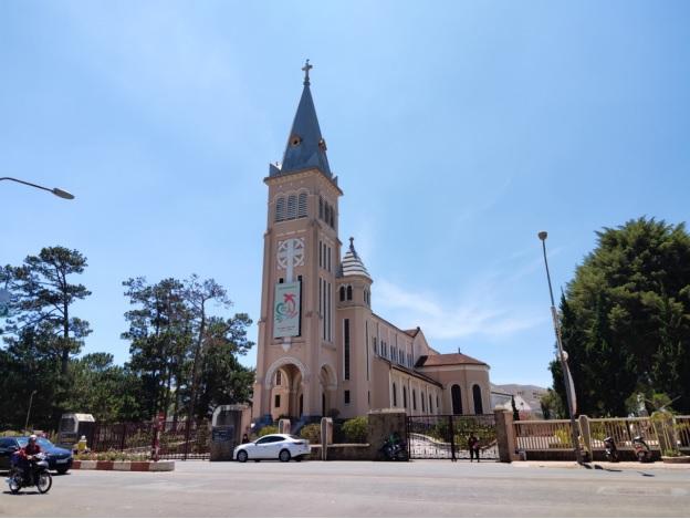 Nhà thờ Chính tòa Đà Lạt (nhà thờ Con Gà) đã thông báo tạm dừng các hoạt động tham quan, sinh hoạt tôn giáo như thường nhật để phòng dịch bệnh.