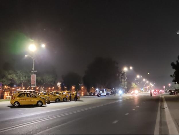 Hàng dài xe taxi đậu bên bờ hồ Xuân Hương do không có khách.