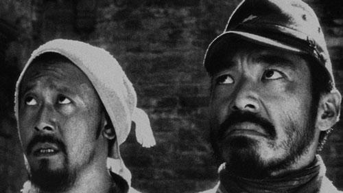 Một bộ phim ra mắt vào năm 2000 khác được vinh danh trong top 3 là Devils on the Doorstep. Tác phẩm được làm theo hình thức phim trắng đen, khắc họa cuộc sống của người nông dân và tình đồng loại trong giai đoạn Trung Quốc bị người Nhật chiếm đóng vào Thế chiến thứ hai. Phim đoạt Giải thưởng lớn của Hội đồng giám khảo LHP Cannes 2000. Do Devils on the Doorstep có nội dung kháng Nhật khá nhạy cảm, nên dù đạt nhiều giải thưởng lớn, tác phẩm vẫn bị cấm công chiếu rộng rãi.