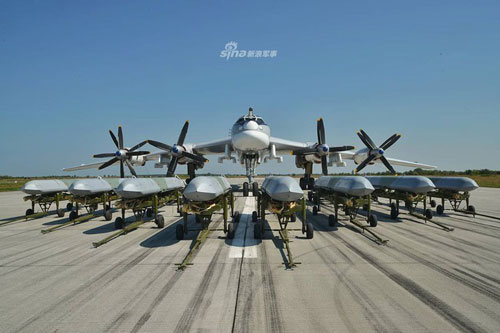 Không quân Nga vừa đăng tải hình ảnh các máy bay ném bom chiến lược của nước này bao gồm Tu-160, Tu-95MS và Tu-22M3 với dàn vũ khí hùng hậu, trong đó đáng kể nhất là các loại tên lửa hành trình tầm xa.
