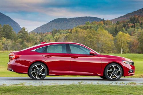 3. Honda Accord 2020 (giá khởi điểm: 23.870 USD, điểm: 8,5/10).