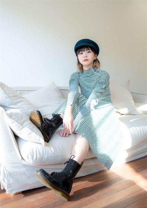 Kim Da Mi sinh năm 1995, mới gia nhập làng giải trí 3 năm. Dù vậy, cô gái đã có một bộ sưu tập các giải thưởng cho sự nghiệp diễn xuất. Cô từng đóng các phim như Marionette, Romans, Lời chào tình yêu...