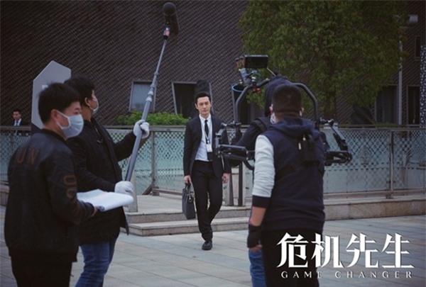 Huỳnh Hiểu Minh lộ hình ảnh đầu tiên cực điển trai ở phim trường sau thời gian dài cách ly vì Covid-19 1