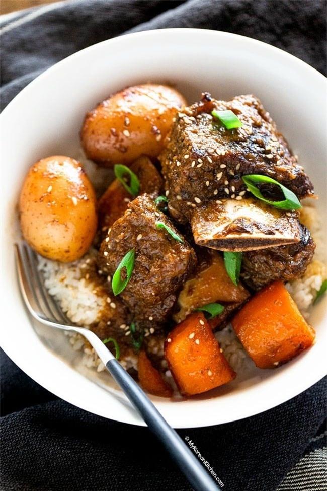 Ở nhà rảnh rỗi ngày dịch, làm ngay món sườn bò om củ quả lạ miệng, thơm nức mũi