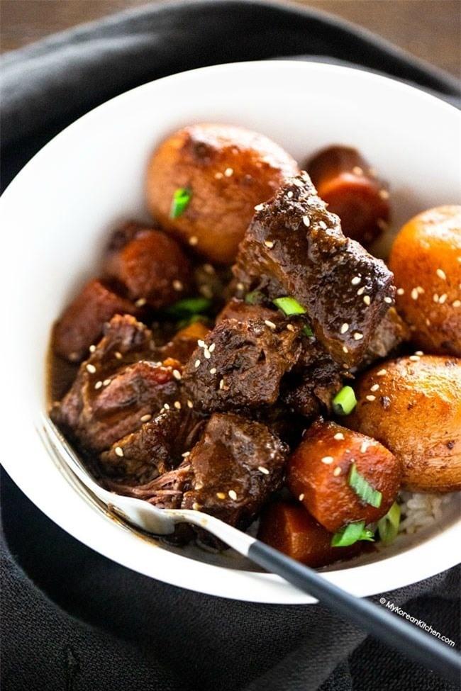Ở nhà rảnh rỗi ngày dịch, làm ngay món sườn bò hầm củ quả lạ miệng, thơm ngon khó cưỡng