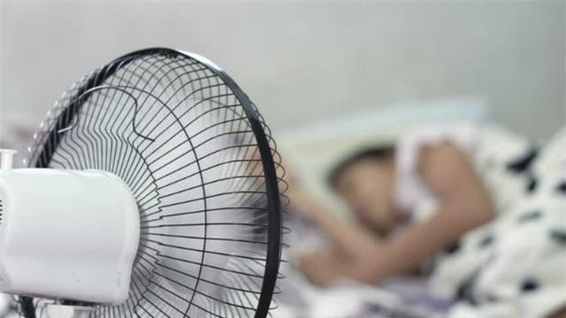 Mẹ hối hận vì nghĩ bật quạt khi ngủ khiến con viêm phổi, lý giải của BS gây bất ngờ - 2