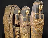 """Một quan tài nhiều lớp thuộc ngôi đền Tamutnofret, được dự đoán có từ thời vua Ramses II (khoảng 1279-1213 trước công nguyên) gồm một lớp quan tài bên trong, một lớp """"vỏ xác ướp"""", một mặt nạ phủ trên toàn xác ướp."""