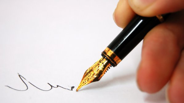 Chữ ký không đơn thuần chỉ mang tính chất pháp lý mà có thể phần nào phản ánh được về tính cách, số phận
