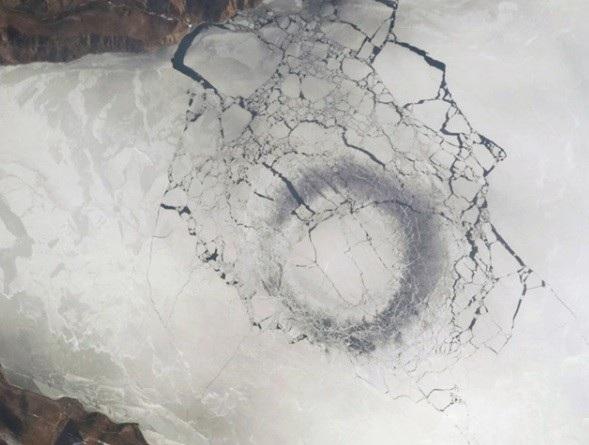 Vòng tròn sẫm màu bí ẩn được nhìn thấy ở hồ Siberi – ngày nay gọi là hồ Baikal