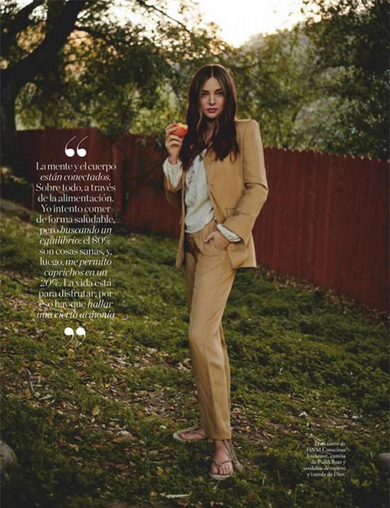 Luôn giữ những quan điểm sống tích cực, Miranda Kerr chia sẻ với hơn 12 triệu người hâm mộ trên Instagram ngày 20/3: Hôm nay là ngày Quốc tế Hạnh phúc. Trong một thế giới vô định, điều quan trọng là phải tập trung vào những điều tích cực và những gì chúng ta biết ơn. Không có gì làm tôi hạnh phúc hơn là dành thời gian với các con trai và xem chúng lớn lên, học hỏi. Giữa đại dịch này, chúng ta có cái may là được sống chậm lại và kết nối nhiều hơn với gia đình. Hãy cùng lan truyền niềm hạnh phúc trong ngày hôm nay và chia sẻ những gì làm cho các bạn hạnh phúc.
