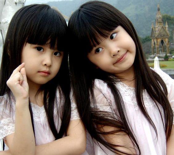 """Sandy và Mandy sinh năm 2001 tại Cao Hùng (Đài Loan, Trung Quốc). Năm 2003, hai chị em bất ngờ nổi tiếng sau một đoạn video được cha mẹ đăng lên mạng. Với vẻ ngoài xinh xắn, đáng yêu, cặp song sinh được nhiều người gọi là """"cặp song sinh xinh nhất Đài Loan""""."""