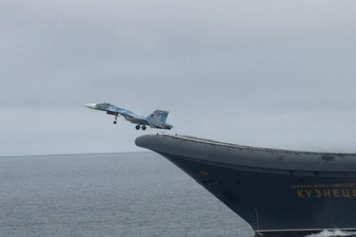 Tiêm kích hạm Su-33 cất cánh từ tàu sân bay Đô đốc Kuznetsov của Hải quân Nga. Ảnh: Lenta.ru.