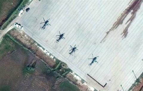 Các trực thăng quân sự của Nga nằm tại sân đỗ của căn cứ không quân Kamyshli