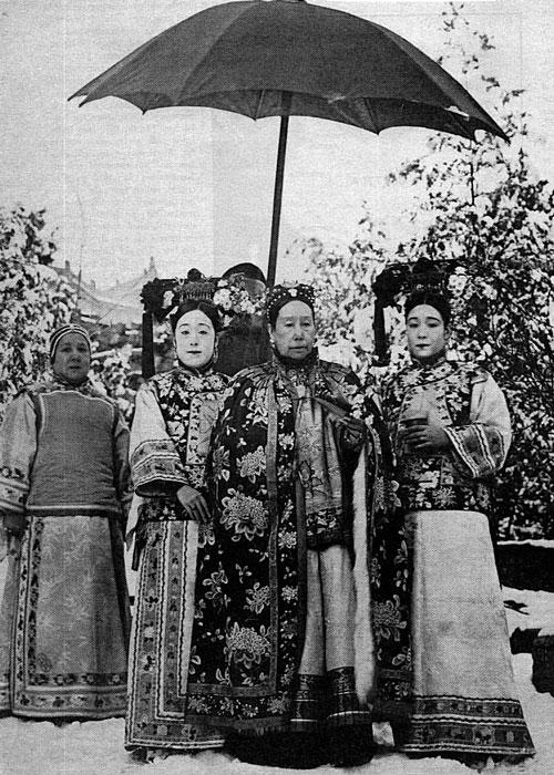 Chân dung người đàn bà quyền lực Từ Hy Thái hậu (đứng giữa)
