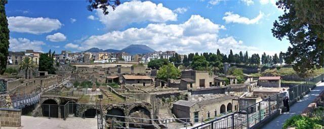 """Giải mã cuộn giấy cổ ở Italia: Nhà khoa học sử dụng ngọn đuốc"""" sáng hơn Mặt Trời 10 tỷ lần - Ảnh 1."""