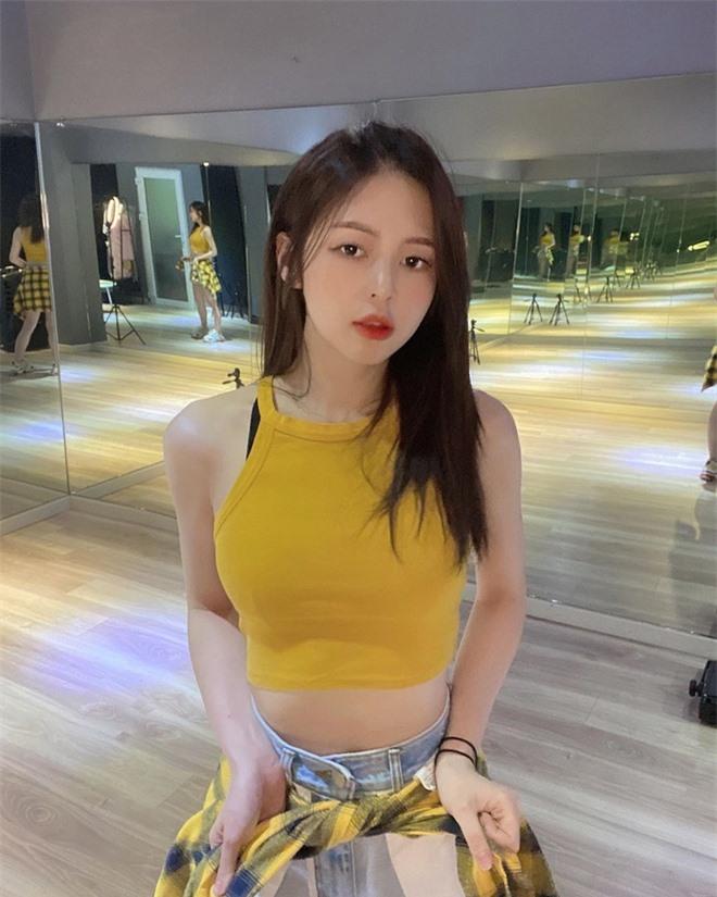 Liz Kim Cương nghiện khoe vòng eo con kiến - Ảnh 6