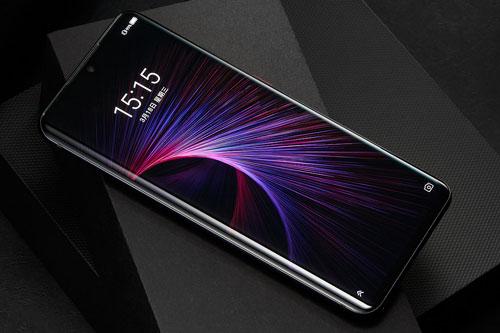 Axon 11 5G được trang bị tấm nền màn hình AMOLED kích thước 6,47 inch, độ phân giải Full HD Plus (2.340x1.080 pixel), mật độ điểm ảnh 398 ppi. Màn hình này được chia theo tỷ lệ 19,5:9, chiếm chiếm 92% diện tích mặt trước, thiết kế cong 2 cạnh viền.