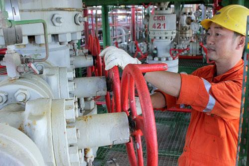 Giá dầu giảm sâu khiến các DN dầu khí càng thêm lo lắng