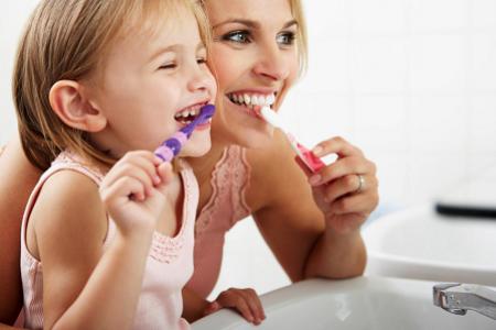 Một số phụ huynh cho rằng trẻ mọc hết toàn bộ răng mới cần đánh răng.