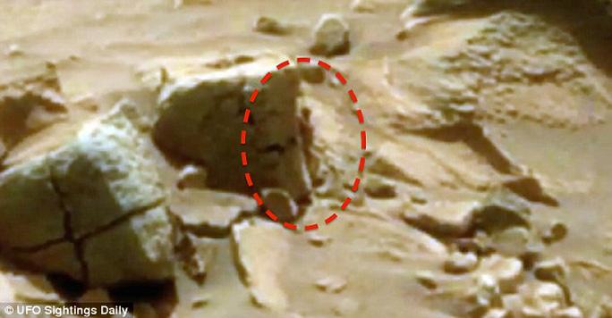Phát hiện trong bức ảnh của NASA khiến nhiều người không khỏi tò mò, thích thú.