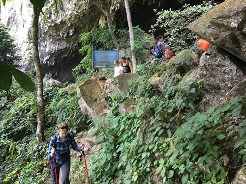 Đường vào hang Kho Mường.