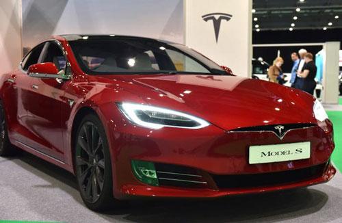 Parker cũng sở hữu những chiếc siêu xe đắt tiền, bao gồm một chiếc Tesla phiên bản S trị giá 100.000 USD tại Los Angeles. Ảnh: Getty Images.
