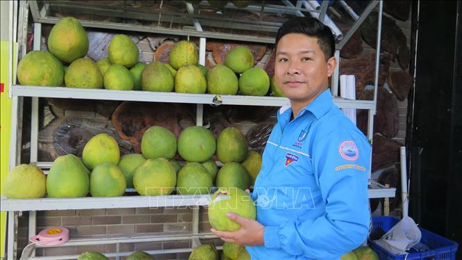 Anh Huỳnh Mazsa với mặt hàng nông sản nổi tiếng của huyện miền núi Khánh Sơn.