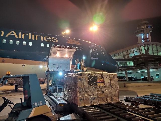 Trang thiết bị y tế được Vietnam Airlines vận chuyển từ TP.HCM đến Hà Nội.