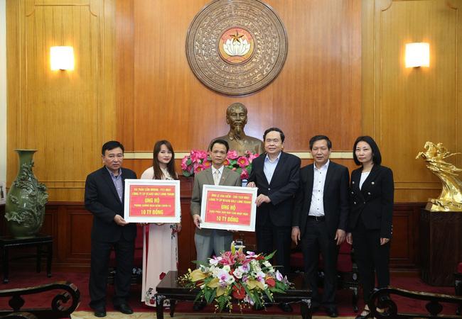 Đồng chí Trần Thanh Mẫn, Bí thư Trung ương Đảng, Chủ tịch Ủy ban Trung ương MTTQ Việt Nam tiếp nhận ủng hộ từ các nhà hảo tâm. Ảnh: TTXVN