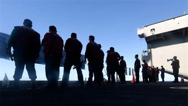Ba thủy thủ trên tàu sân bay USS Theodore Roosevelt xét nghiệm dương tính với Covid-19 - Ảnh 1.