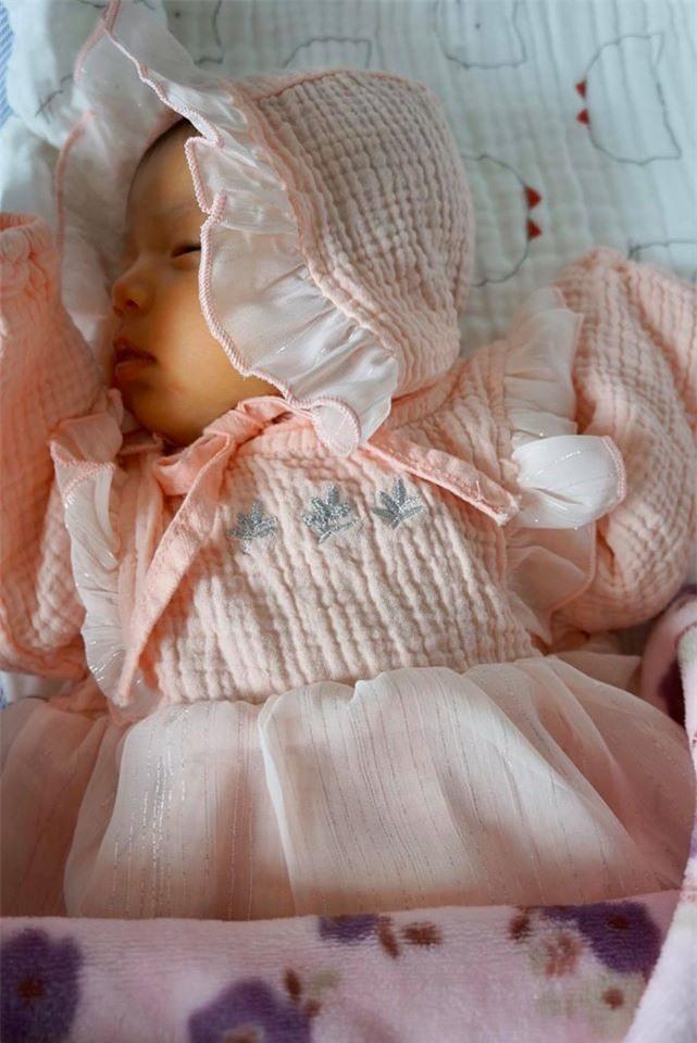 Hình ảnh bé Nấm lúc tròn 1 tháng tuổi được mẹ Jennifer chia sẻ trước đó.