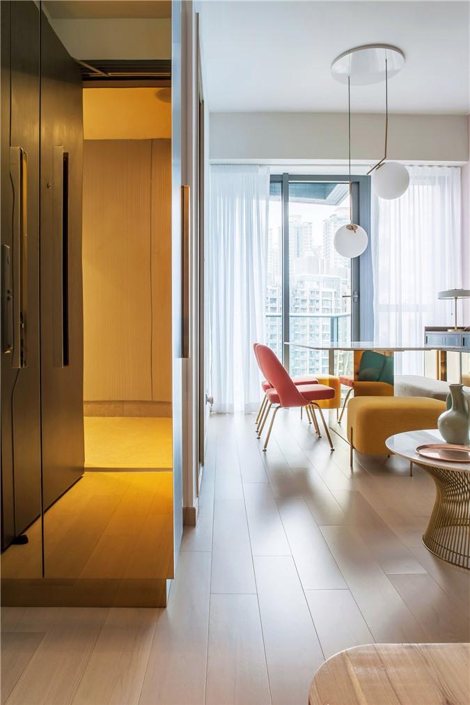 Thiết kế căn hộ với tường và đồ nội thất có màu rực rỡ dành riêng cho chủ nhân thiết kế thời trang - Ảnh 2.