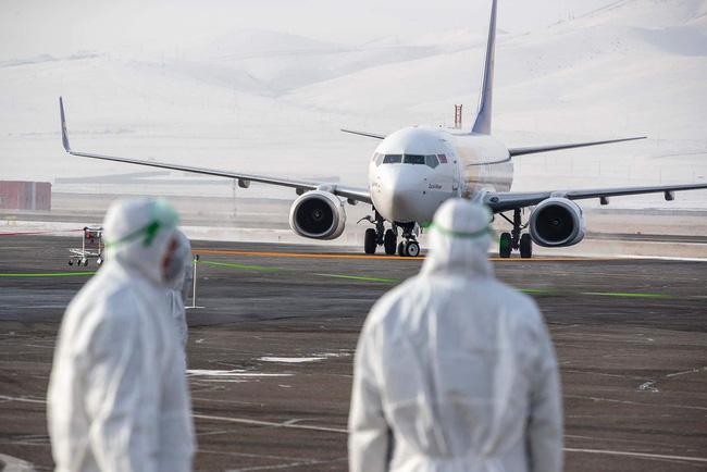 Một máy bay chở công dân Mông Cổ sơ tán khỏi Vũ Hán hôm 1/2. (Ảnh: Getty Images)