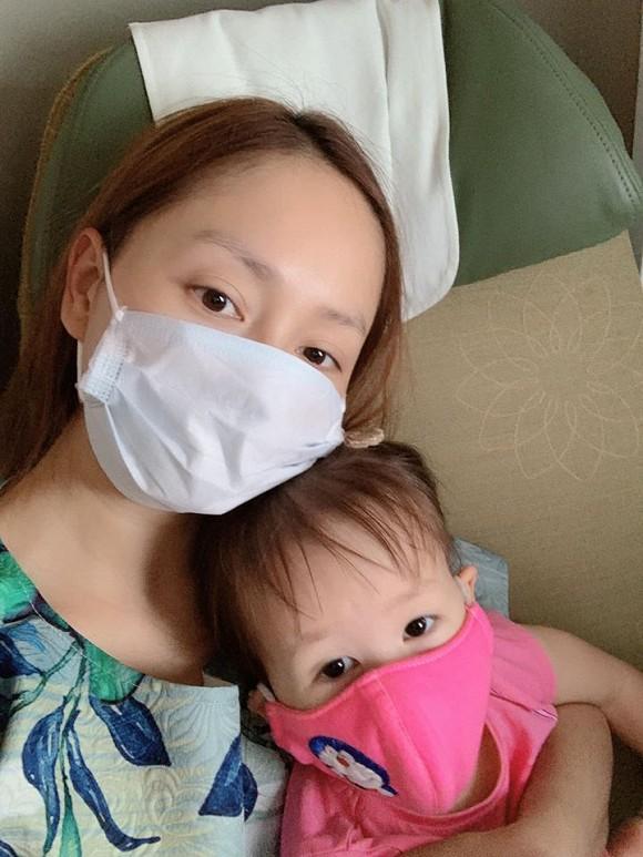 Lan Phương và con gái đi máy bay giữa mùa dịch ra Hà Nội khiến bố mẹ cô phát hoảng.