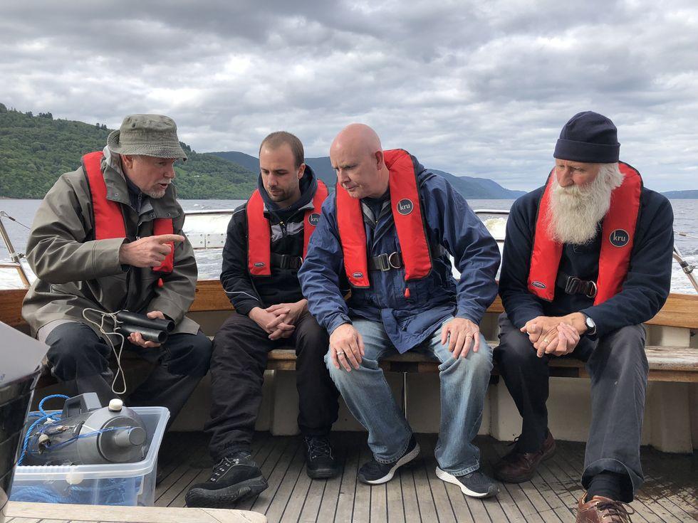 Giáo sư Neil Gemmell lấy mẫu trên thuyền của mình để nghiên cứu về DNA của quái vật hồ Loch Ness hồi tháng 6/2018.