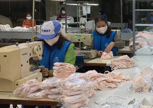 Doanh nghiệp dệt may sẽ gia tăng sản xuất khẩu trang nếu thị trường có nhu cầu nhiều hơn. Ảnh:Vinatex.