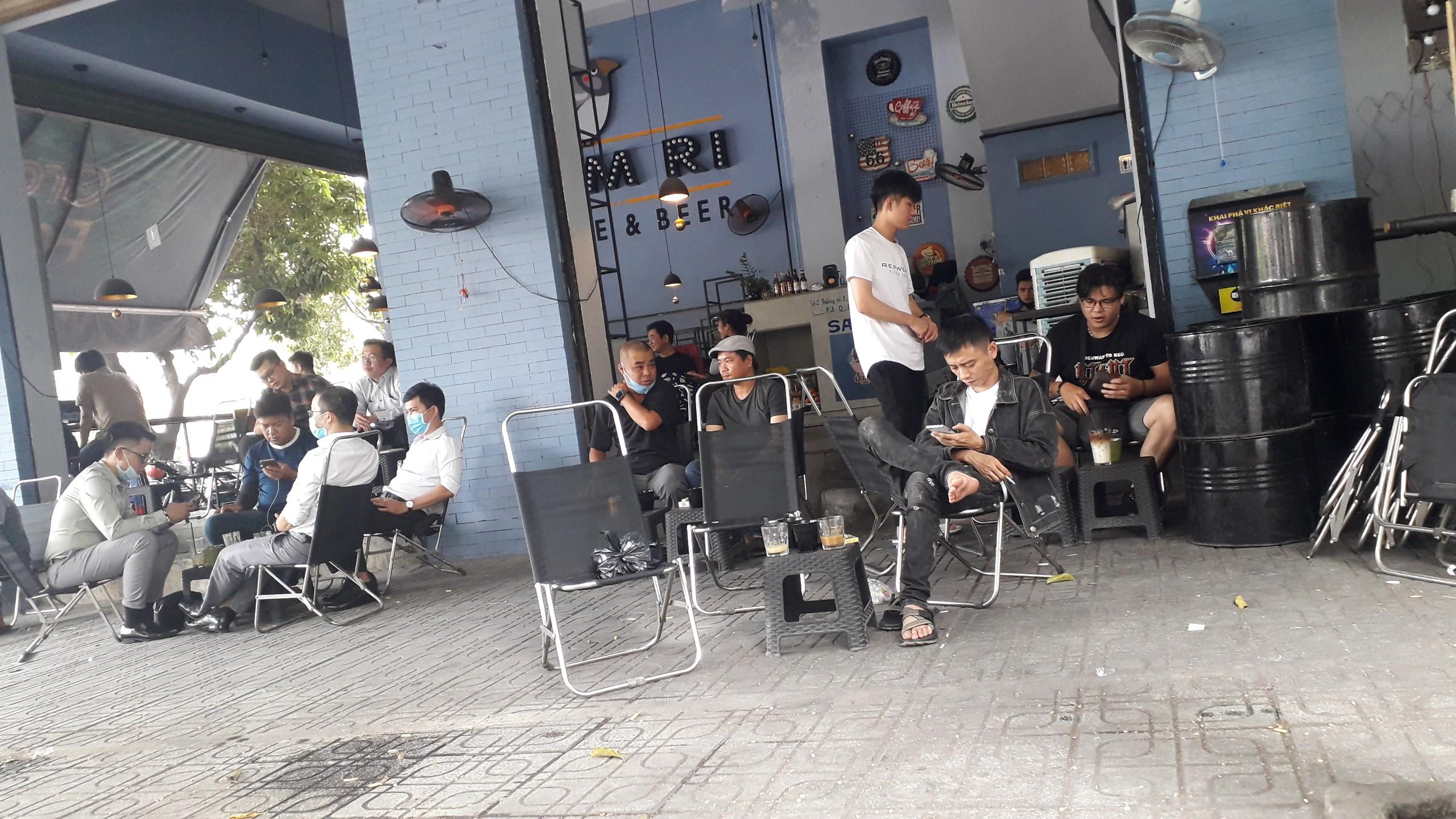 Bất chấp dịch Covid-19 đang lan rộng, một số nhà hàng ăn uống, quán cà phê quanh Hồ Tây (Hà Nội) vẫn tấp nập khách vào, ra...