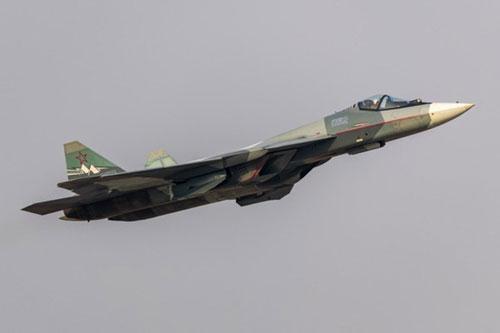 """Tập đoàn sản xuất máy bay thống nhất (United Aircraft Building Corporation) của Nga ngày 17/3 công bố hình ảnh của nguyên mẫu máy bay chiến đấu Su-57 mang số hiệu 052 đang trong quá trình bay thử nghiệm. Đây là cuộc thử nghiệm giai đoạn 2 của máy bay chiến đấu Su-57 khi được trang bị động cơ vector mới """"Sản phẩm 30"""" (Izdeliye 30)."""