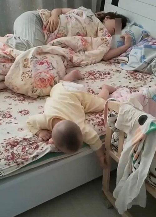 Nhìn thấy cảnh tượng này, người mẹ rất phẫn nộ