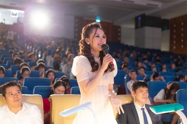 """Á khôi """"tài sắc vẹn toàn"""" ĐH KTQD nhận Giải thưởng 26/3 cấp trường - 7"""