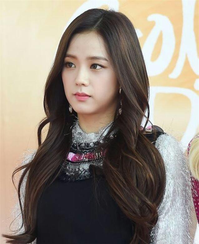Jisoo (BlackPink) để tóc thẳng layer hay tóc xoăn cũng vẫn xinh đẹp hết phần thiên hạ - Ảnh 4