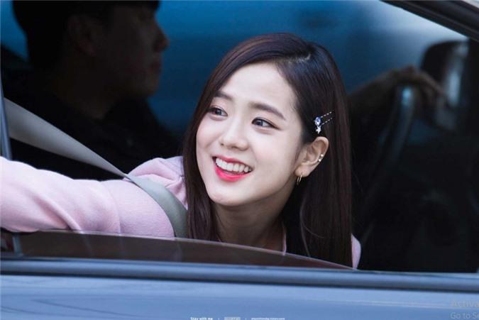Jisoo (BlackPink) để tóc thẳng layer hay tóc xoăn cũng vẫn xinh đẹp hết phần thiên hạ - Ảnh 8