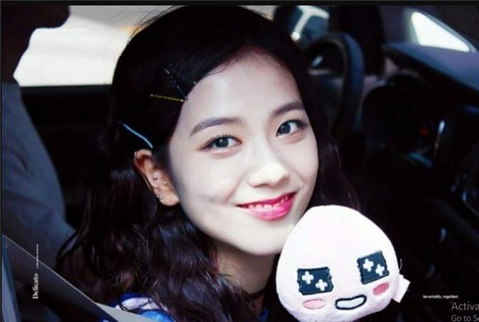 Jisoo (BlackPink) để tóc thẳng layer hay tóc xoăn cũng vẫn xinh đẹp hết phần thiên hạ - Ảnh 9