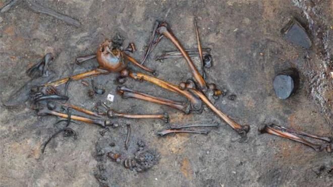 Khai quật những bộ hài cốt không nguyên vẹn, phát hiện bí mật đen tối trong lịch sử - Ảnh 2.