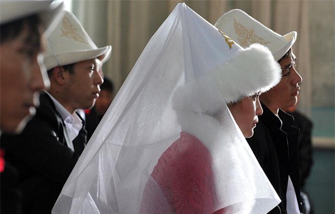 Kyrgyzstan: 20.000 phụ nữ là nạn nhân hủ tục 'cướp vợ' mỗi năm - 1
