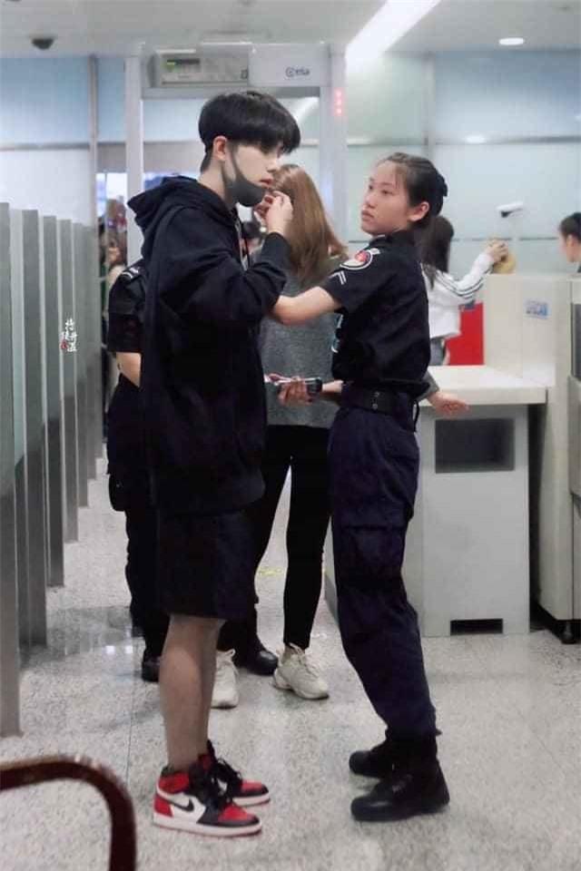 Nữ nhân viên 'đứng hình' khi thấy chân dung 'nam thần' bỏ khẩu trang để kiểm tra an ninh - Ảnh 4