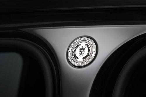 Chi tiết gia huy mà Joshua yêu thích được thiết kế đặc biệt riêng trên cột B của xe.
